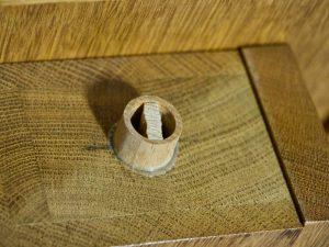 Druckregulierung im Pfeifenfuß – nach alter Väter Sitte mit Holzklötzchen.