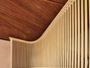 Standort auf der nördliche Westempore. Während das Hauptwerk als Brüstungspositiv konventionell gestaltet ist, sind Pedal und Schwellwerk von einem aufragenden gestäbten Kasten umschlossen. Dessen Grundriss nimmt zwar die parabolische Form der Kirche auf. Doch von vorne gesehen erinnert er mehr an den irritierend steifen Kirchturm, als an die Orgel selbst. Allerdings passen die verschlissenen Naturholzteile des Spieltisches nicht mehr so recht zum lackierten Orgelkasten. Die rote Einfassung des Rückpositivs nimmt Verbindung zum Raum und den farbigen Fenstern auf, überspielt aber auch die überweiten Abstände der Prospektpfeifen. Heute wird die Kreuzkirche von der griechisch-orthodoxen Gemeinde Kirchheim genutzt. Deren Ritus braucht keine Instrumente. Gut, dass die Orgel den Raum nicht dominiert.
